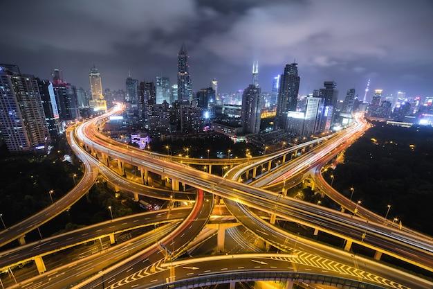 Современная городская дорога ночью, транспортная развязка