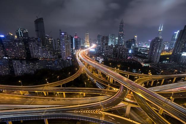夜の近代的な都市交通道路。トランスポートジャンクション。
