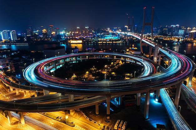 現代の都市交通道路。橋の上の輸送道路のジャンクション。