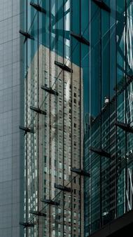 Современный город со зданиями при дневном свете