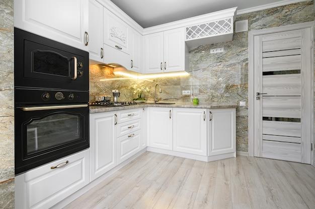 Современный классический интерьер белой кухни с деревянной мебелью
