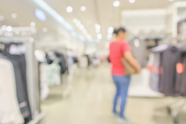 現代の衣料品店のインテリアはボケ光で抽象的な焦点ぼけの背景をぼかします