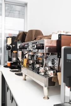 커피숍의 현대적인 커피 머신