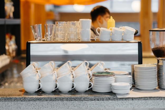 커피 숍의 바 제이에 깨끗한 컵이있는 현대적인 커피 머신