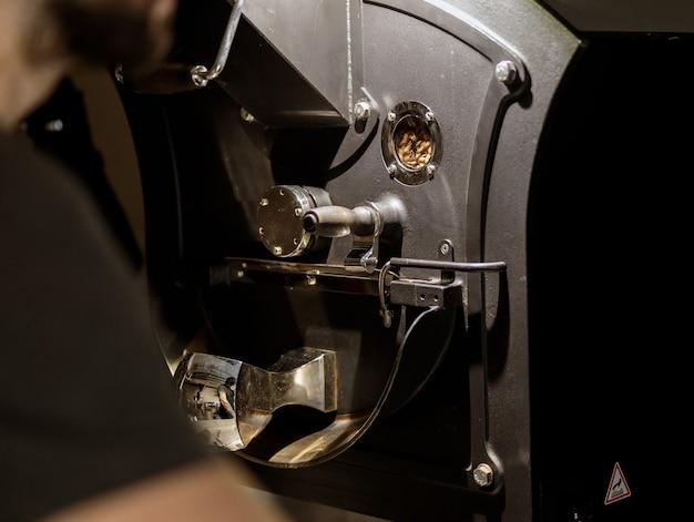 다양한 금속 부품이 있는 현대식 커피 로스팅 머신