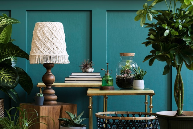 ホームガーデンのモダンな構成は、さまざまなデザインの鉢にたくさんの美しい植物、サボテン、多肉植物、空気植物を満たしました。スタイリッシュな植物学のインテリア。緑の壁パネル。テンプレートホームガーデニングの概念