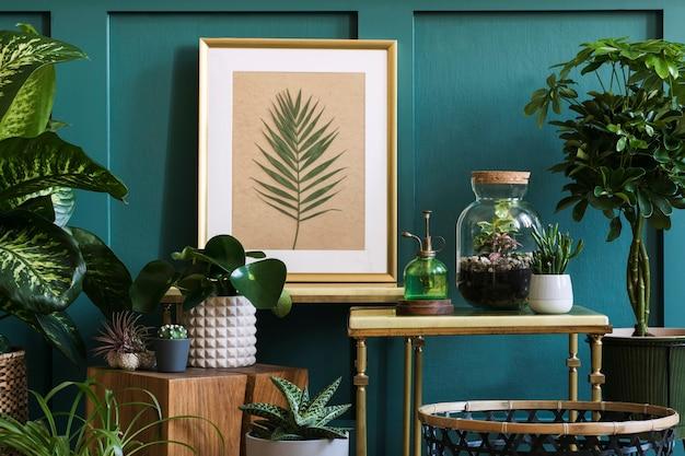 가정 정원의 현대적인 구성은 다양한 디자인 화분에 아름다운 식물, 선인장, 다육 식물, 공기 식물을 많이 채웠습니다. 세련된 식물학 인테리어. 포스터 프레임을 조롱합니다. 가정 원예 개념
