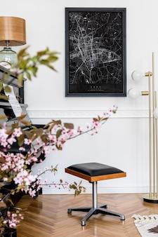 スタイリッシュな黒のピアノ、デザインキャビネット、春の花、ランプ、装飾、モックアップポスターマップ、スタイリッシュな家の装飾のエレガントなパーソナルアクセサリーを備えた家のインテリアのモダンな構成。