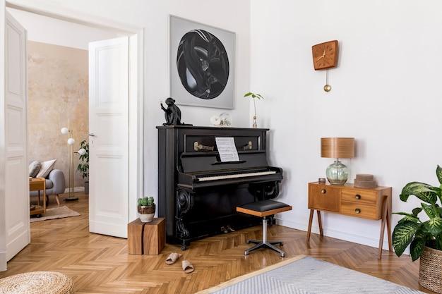 Современная композиция домашнего интерьера со стильным черным пианино, дизайнерской мебелью, ковром, кактусами, растениями, декором, макетами и элегантными личными аксессуарами в домашнем декоре.