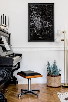 Современная композиция домашнего интерьера со стильным черным пианино, дизайнерской золотой лампой, свечой, растением, украшением, макетом карты плаката и элегантными личными аксессуарами в стильном домашнем декоре.