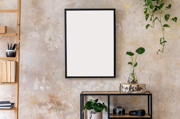 검은 색 프레임, 책꽂이, 식물 및 개인 액세서리가있는 거실 인테리어의 현대적인 구성. 세련된 가정 장식. 그런 지 벽. wabi sabi 개념 ..
