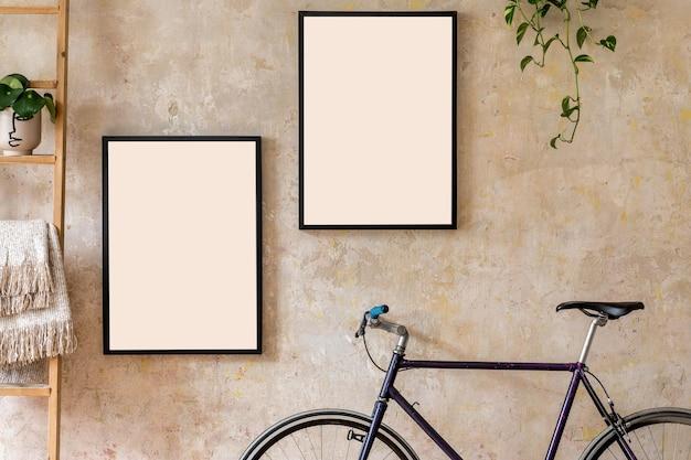 검은 색 프레임, 나무 사다리, 식물, 힙 스터 자전거 및 개인 액세서리가있는 거실 인테리어의 현대적인 구성. 세련된 가정 장식. 그런 지 벽. wabi sabi 개념 ..