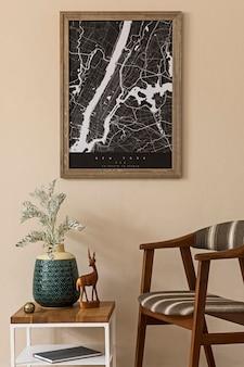 갈색 프레임, 디자인 복고풍 의자, 커피 테이블, 꽃병 꽃과 우아한 액세서리가있는 거실 인테리어의 현대 구성. 세련된 홈 스테이징. japandi.