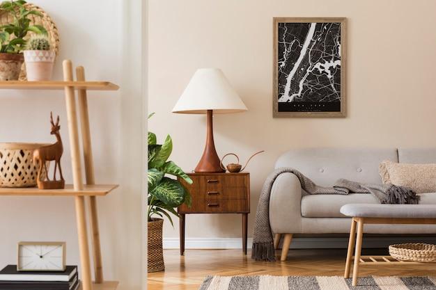 갈색 프레임, 디자인 복고풍 옷장, 소파, 책꽂이, 식물 및 우아한 액세서리가있는 등나무 바구니가있는 거실 인테리어의 현대적인 구성. 세련된 홈 스테이징.