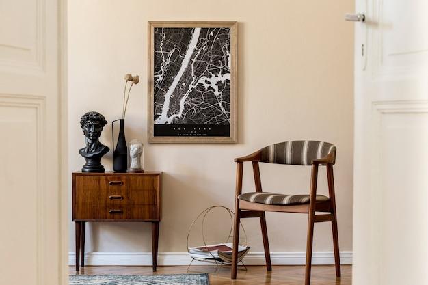 茶色のモックアップポスターフレーム、デザインのレトロな便器、ヴィンテージの椅子、花瓶の花とエレガントなアクセサリーを備えたリビングルームのインテリアのモダンな構成。テンプレート。スタイリッシュなホームステージング。ジャパンディ。