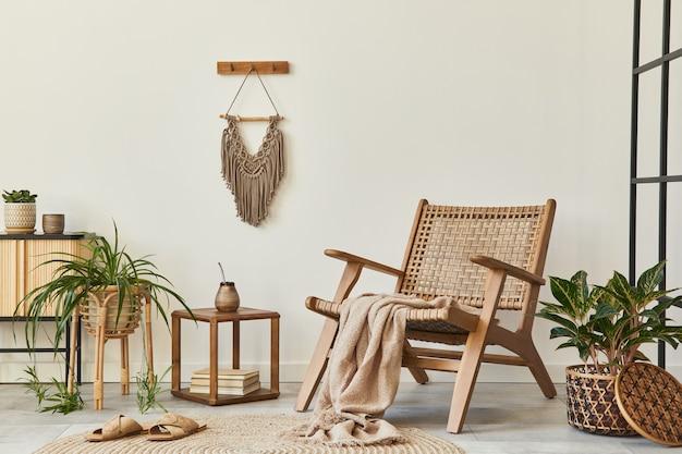 디자인 안락 의자, 로프트 벽, 의자, 장식, 식물, 마크라메 및 우아한 개인 액세서리가있는 거실 인테리어의 현대적인 구성.