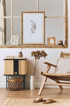 Современная композиция интерьера гостиной с дизайнерским креслом, деревянной полкой, старым окном, засушенными цветами в вазе, коричневой рамкой для макета плаката, украшениями и элегантными личными аксессуарами. шаблон.