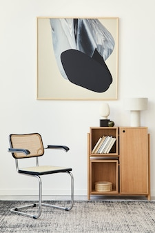デザインチェア、木製の本棚、テーブルランプ、本、カーペット、装飾、壁に抽象的な痛みをモックアップしたリビングルームのインテリアのモダンな構成