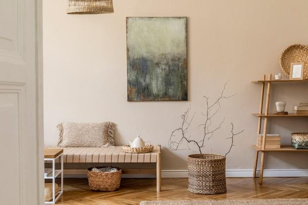 Современная композиция гостиной с дизайнерским шезлонгом, макетом росписи, декором из ротанга, деревянным кубом, ковром и элегантными личными аксессуарами. стильный восточный орнамент для домашнего декора.