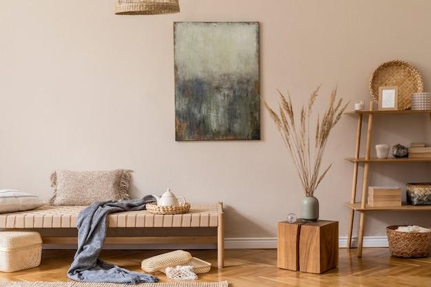 디자인 긴 의자, 그림 등나무 장식 나무 큐브 베개 카펫 및 우아한 액세서리가있는 거실의 현대적인 구성