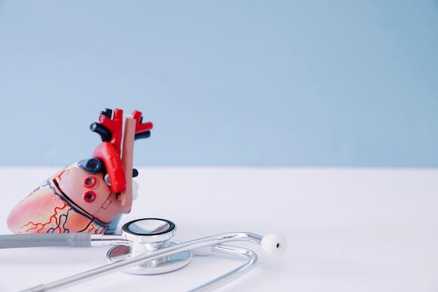Современная композиция с реалистичным сердцем и стетоскопом