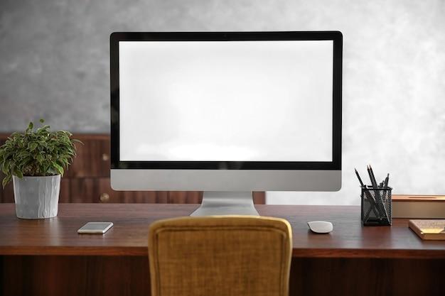 Современный компьютерный монитор на деревянном столе