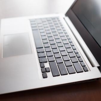 現代のコンピューター技術のラップトップ。インターネット通信の概念