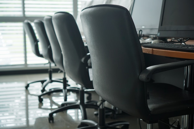 最新のコンピューター、デュアルスクリーンモニター、黒い椅子。