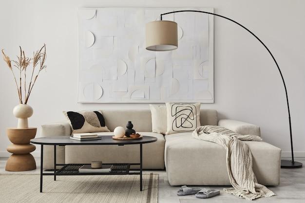 Современная концепция интерьера гостиной с дизайнерским диваном, подушкой, одеялом, художественной росписью, боковым деревянным табуретом, лампой и элегантными личными аксессуарами в стильном домашнем декоре.