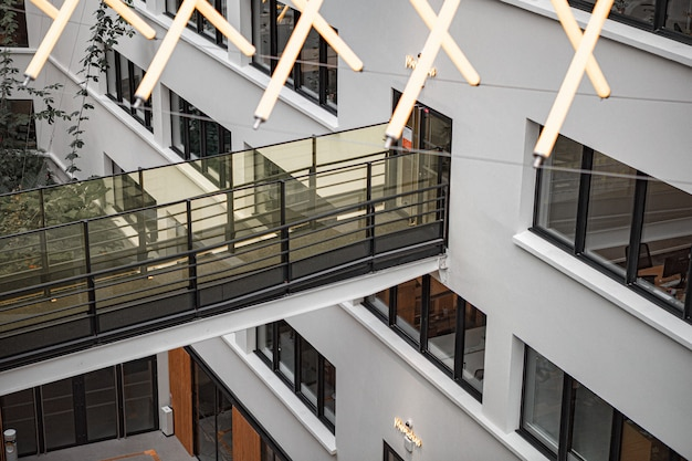近代的なコンクリートのアパートの建物