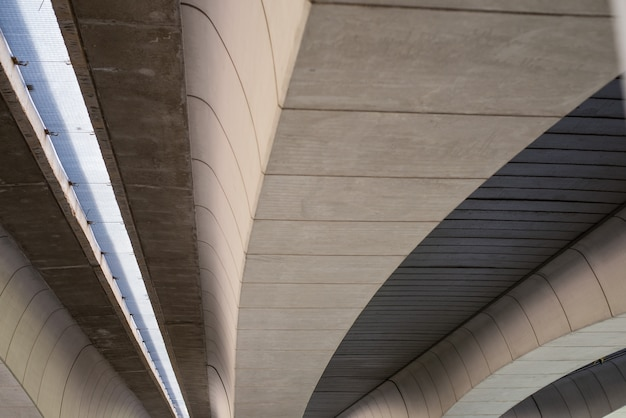 バレンシア、スペインの幾何学的形状を持つ現代のコンクリート橋梁