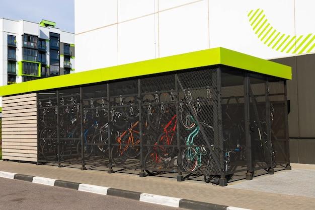 주거용 건물 앞에 현대적이고 편리한 자전거 주차장이 있습니다.