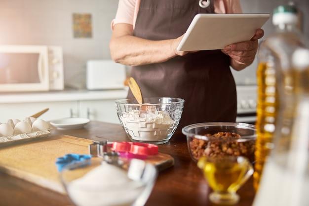 Современный повар проверяет рецепт в интернете перед приготовлением
