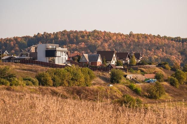 秋の丘のモダンなコテージ