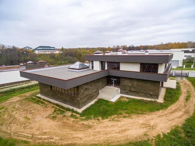Современные загородные дома в стадии строительства