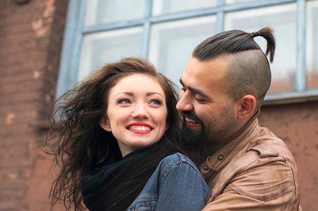 街の通りに立っている愛の現代カップル