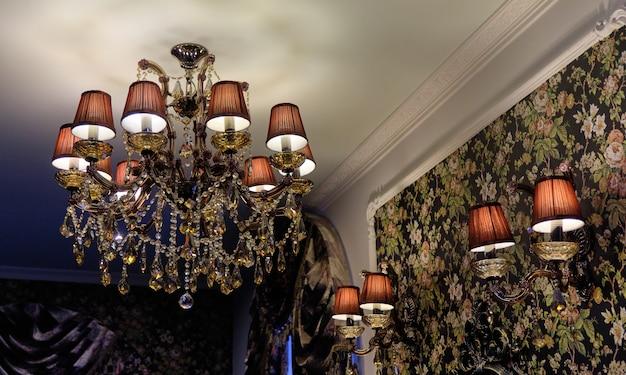 현대 크리스탈 샹들리에. 골드 디자이너 럭셔리 샹들리에, 클로즈업. 비싼 디자인과 아파트의 인테리어, 거실.