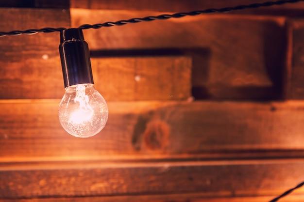 전구 배경에 매달려 복고풍 램프와 현대 어두운 고전적인 스타일의 인테리어 디자인 아파트.
