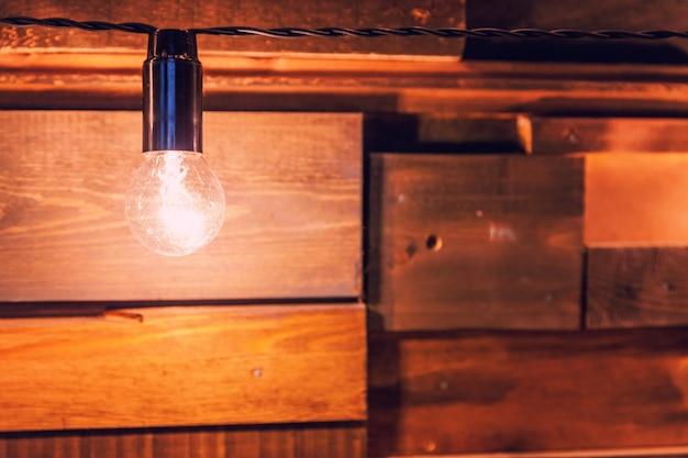 전구에 매달려 복고풍 램프가있는 현대 어두운 고전적인 스타일의 인테리어 디자인 아파트