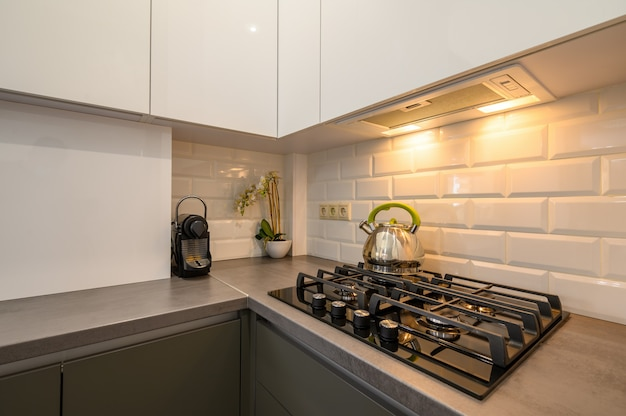 モダンなダークグレーの小さなキッチンインテリア
