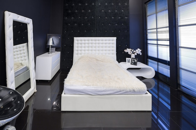 白いシックな家具とモダンなダークラグジュアリーブラックインテリア