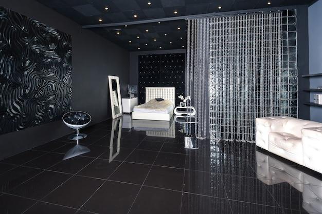 Современный темный роскошный черный интерьер с шикарной белой мебелью