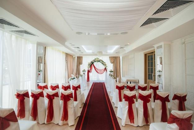 결혼식을위한 현대 장식 웨딩 아치. 장식, 결혼식.