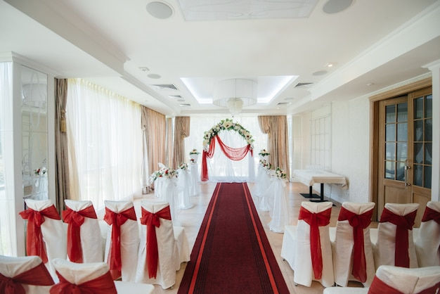 結婚式のためのモダンな装飾が施された結婚式のアーチ。装飾、結婚式。
