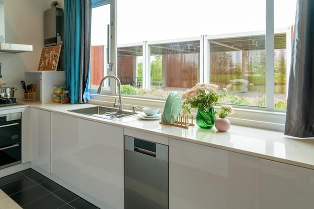 モダンな装飾スタイルのオープンキッチン