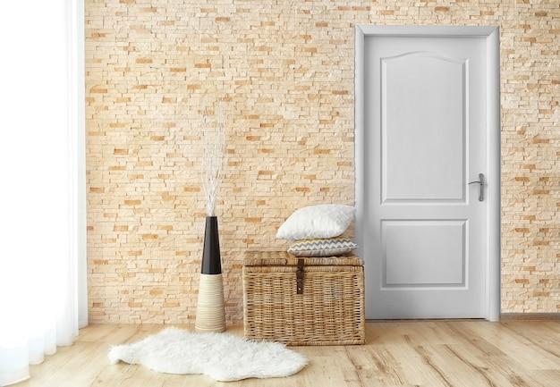 部屋のインテリアに白いドアを持つモダンな装飾