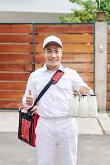 Современный курьер с молоком