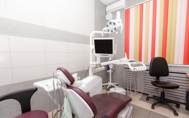 사람없이 새로운 장비를 갖춘 현대 치과 사무실. 새로운 기술.