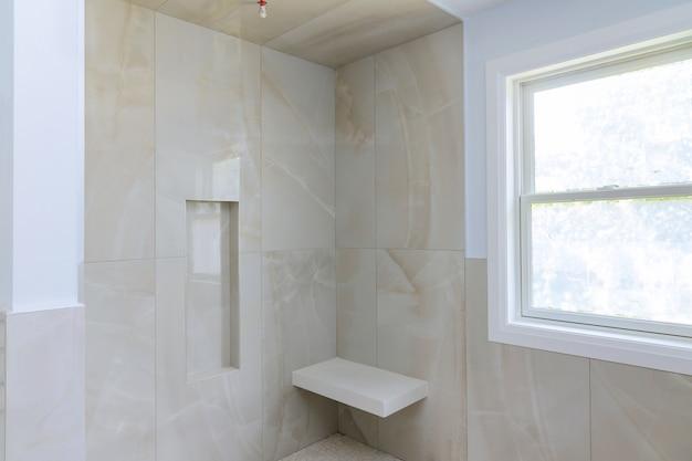 新しい家のモダンなデザインのバスルームのインテリアはシャワーで開いています