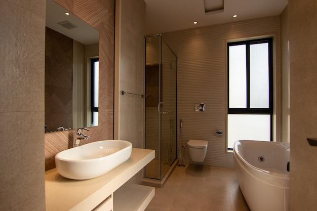 モダンなデザインのバスルーム